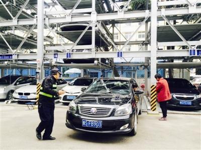信阳中心医院两座立体车库试运营 缓解拥堵立竿见影